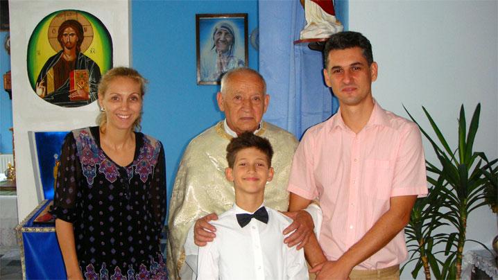 Tânărul Radu, alături de părinți și pr. Gheorghe Cristescu