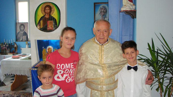 Pr. Cristescu Gheorghe alături de copii din parohia Fer. Tereza de Calcutta