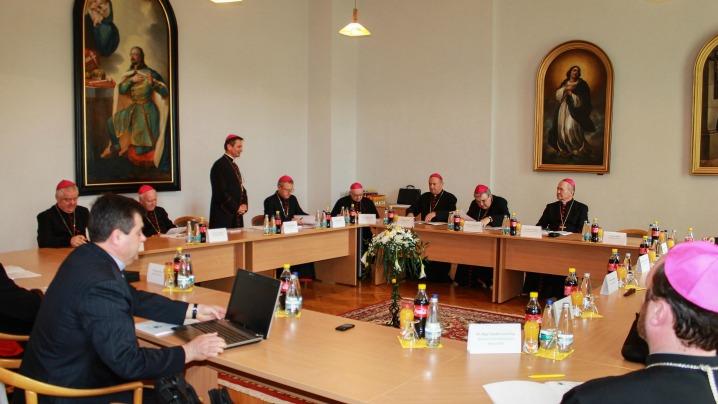 Familia, școala și tineretul, în centrul discuțiilor Episcopilor Catolici din România